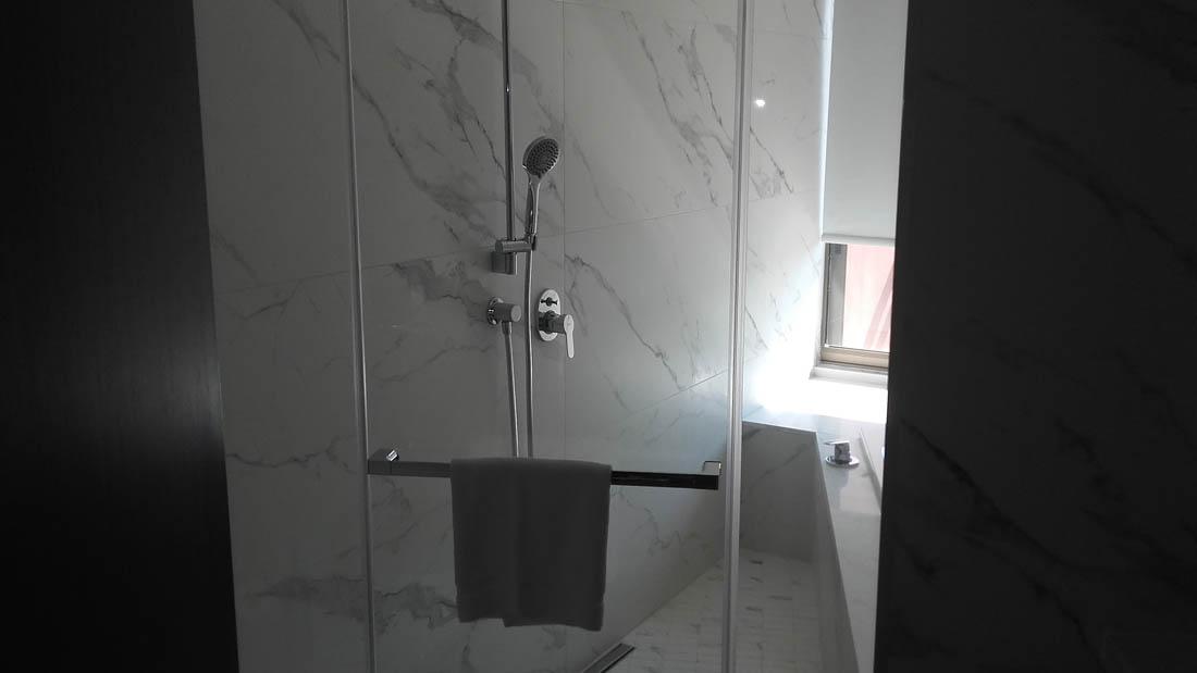 Ανοιγόμενη γωνιακή ντουζιέρα σε τζακούζι