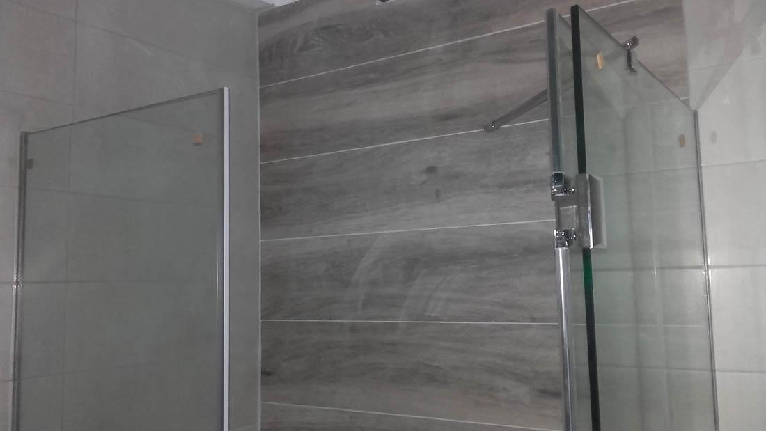 Ανοιγόμενη Ντουζιέρα με διπλό υαλοπίνακα σε εσωτερικό μπανιέρας
