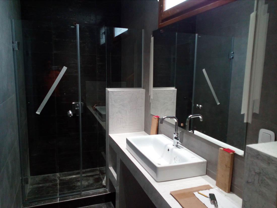 Ανοιγόμενη ντουζιέρα σε εσωτερικό μπάνιου υπό κατασκευής. Καθρέφτης πίσω από την βρύση