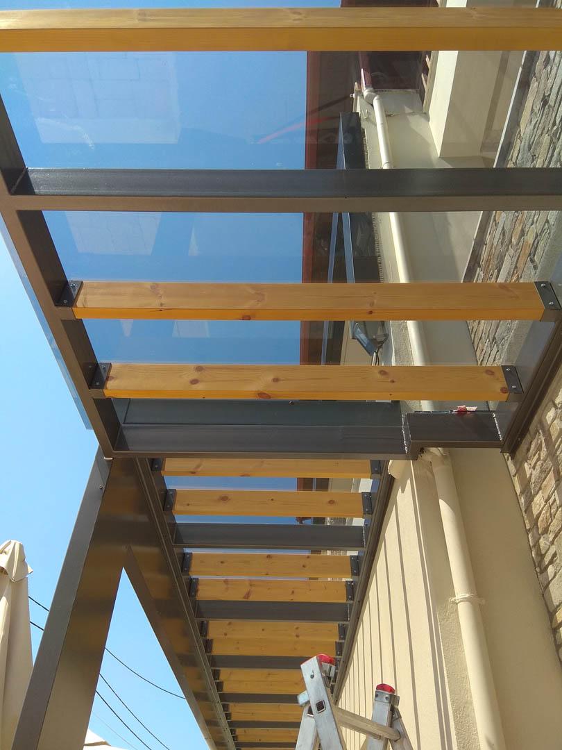 Υπό κατασκευή γυάλινο στέγαστρο