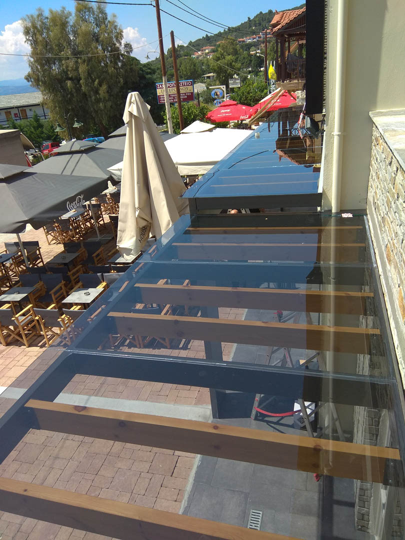 Transparent γυάλινο στέγαστρο καφετέριας