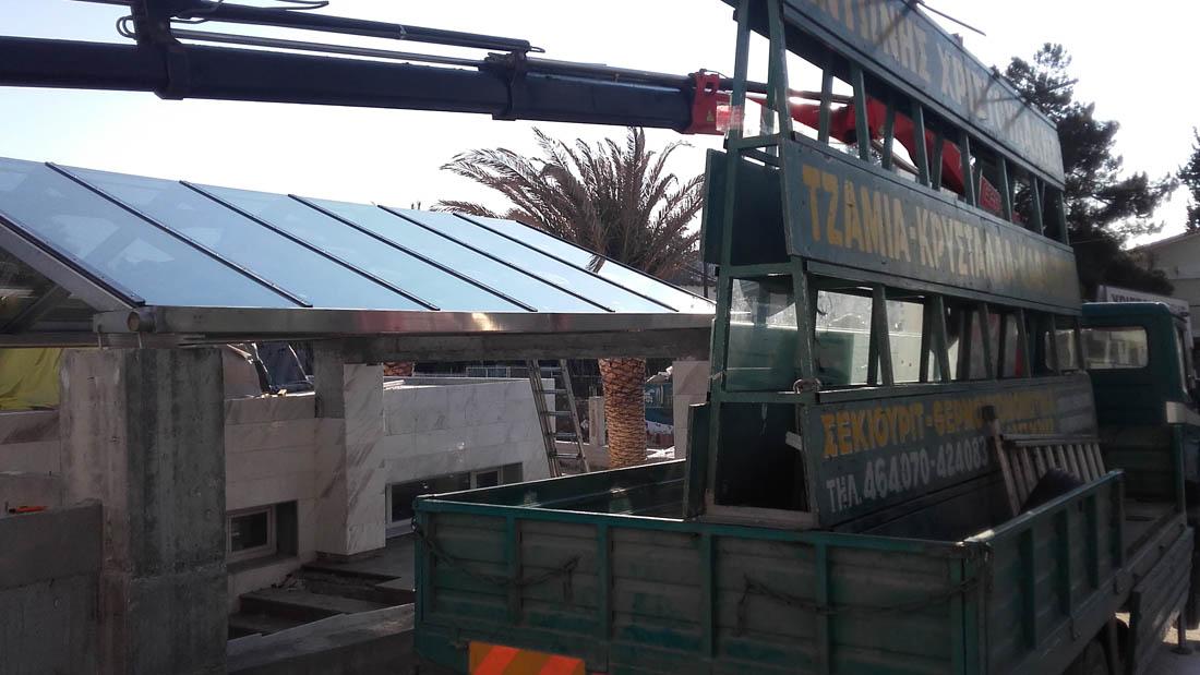 Τοποθέτηση γυάλινου στεγάστρου σε εξωτερικό χώρο