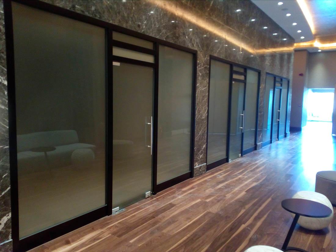 Γυάλινες ανοιγόμενες πόρτες σε εσωτερικό μαγαζιού που διαχωρίζει δωμάτιο με δωμάτιο