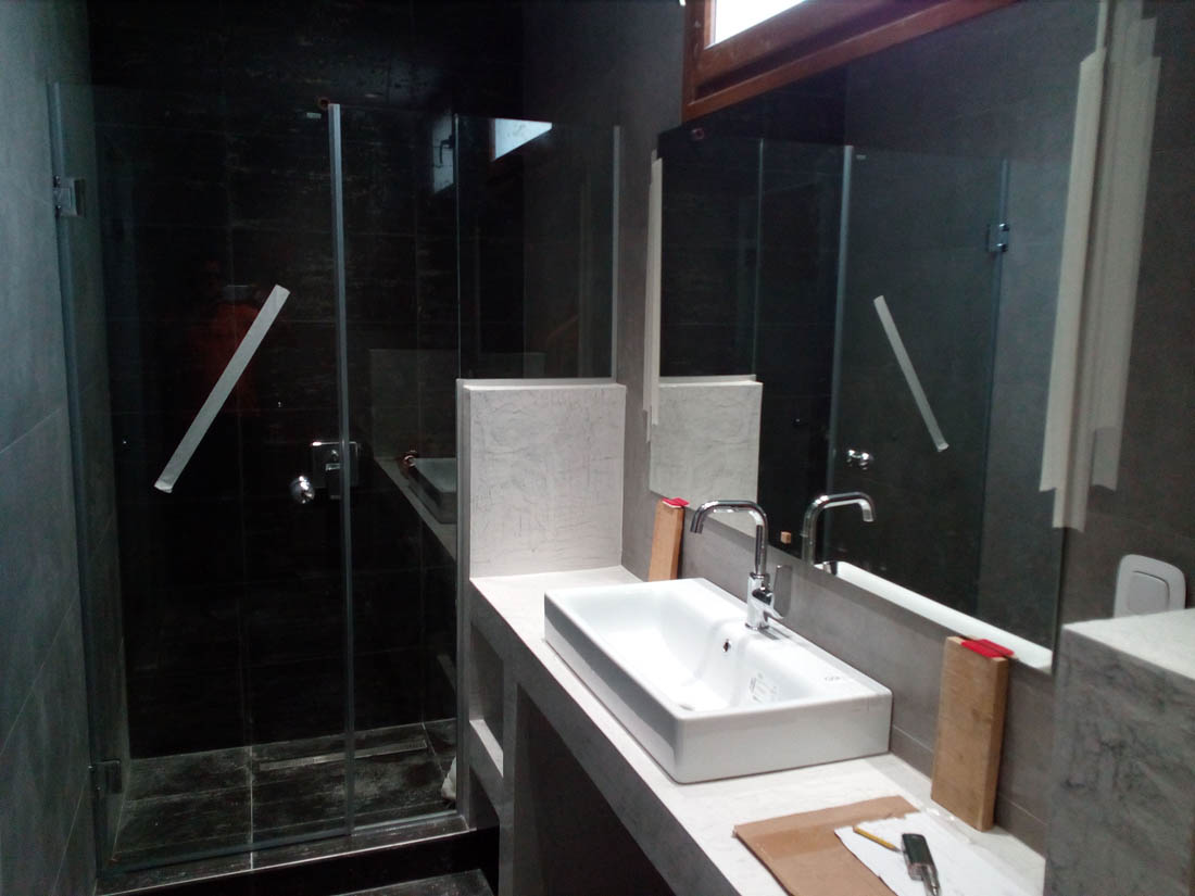 Καθρέφτης σε εσωτερικό μπανιέρας διαμερίσματος υπό κατασκευή. Γυάλινο διαχωριστικό μπάνιου.