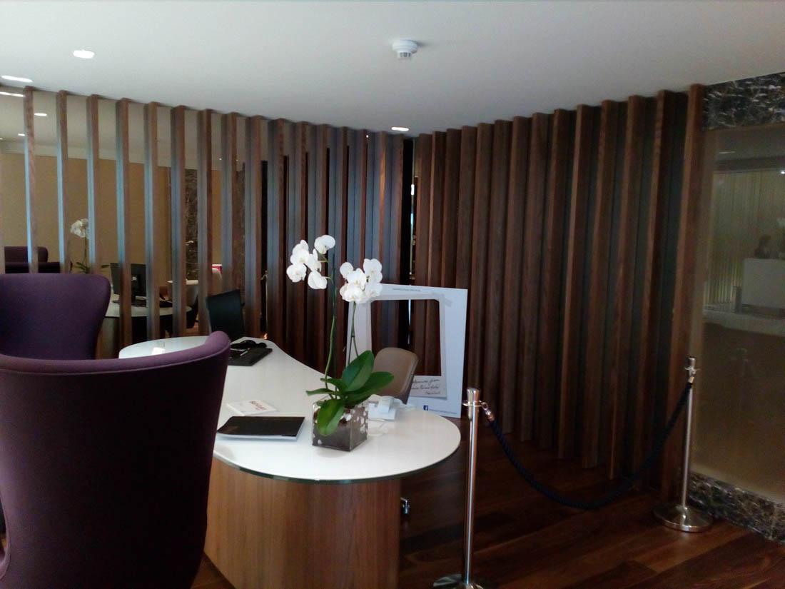 Καθρέφτης σε reception γωνιακού γραφείου ή ξενοδοχείου.