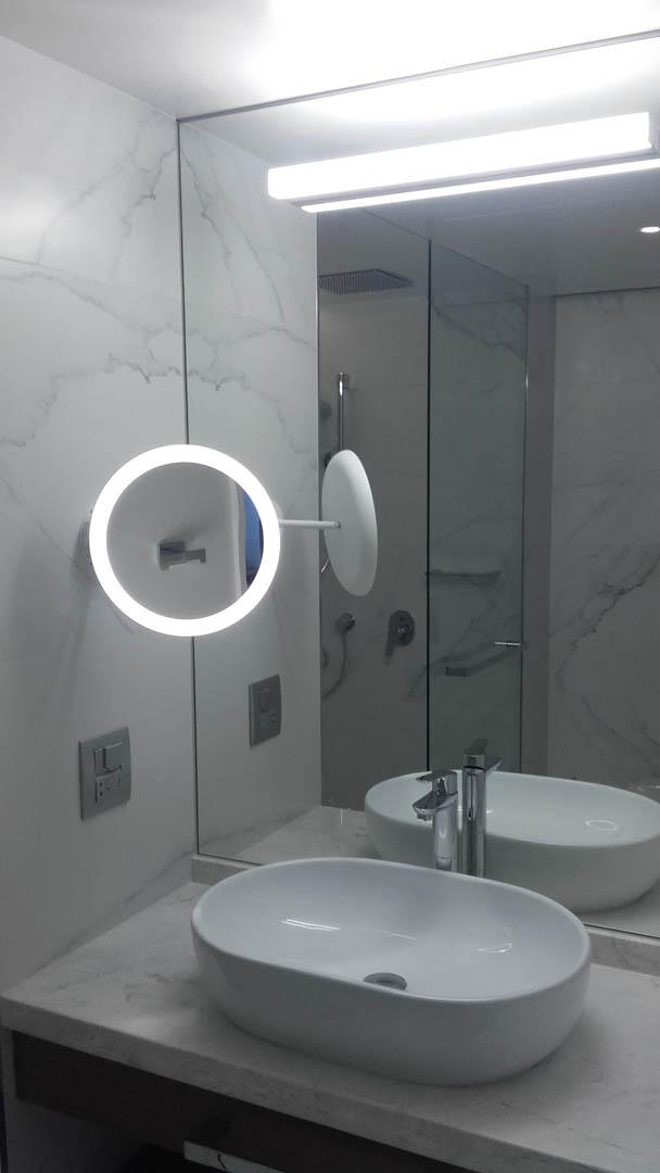 Καθρέφτης μπάνιου και καθρέφτης πτυσόμενος σε εσωτερικό μπάνιου.