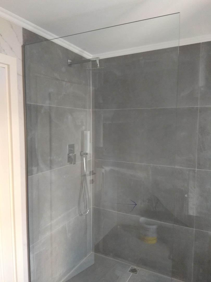 Σταθερή ντουζιέρα σε εσωτερικό μπάνιου διαμερίσματος.