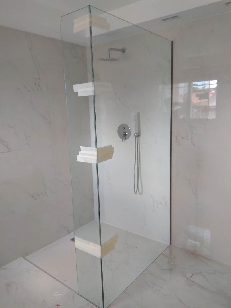 Υπό κατασκευή σταθερή ντουζιέρα με τοίχο από μάρμαρο